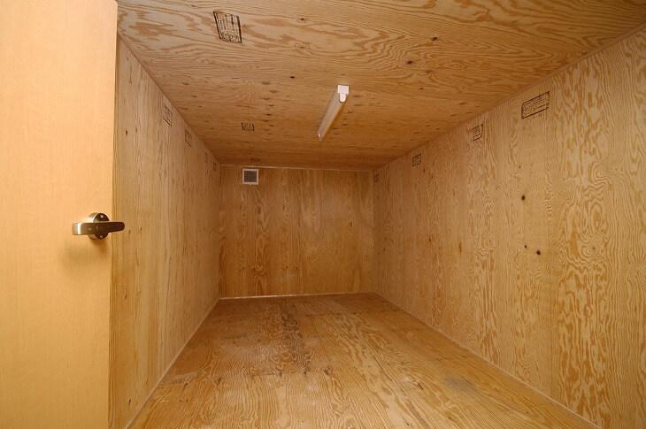 「サービスルーム」とは、窓などの設備が居室としては足りない部屋を指す。「納戸」つまり物置として作られた部屋のこと