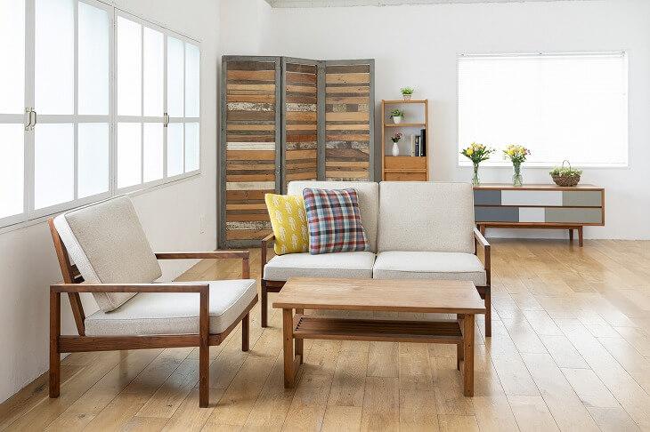 木製家具と柔らかなカラーでまとめられた北欧モダン。柄物のクッションで遊び心を加えて
