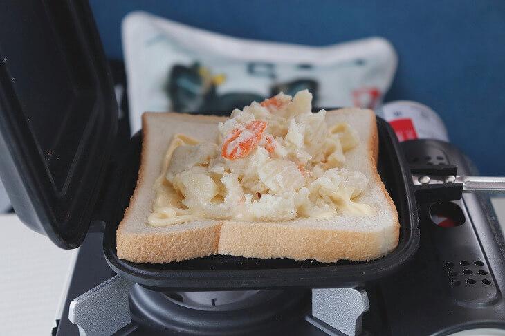 キッチンアイテムを変えるだけでもキャンプ気分が倍増。ホットサンドメーカーを使って食パンに好きな具材を挟めば、アウトドア朝食の完成