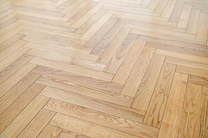 フローリングを「への字」のように組み合わせた床板を「ヘリンボーン床」という