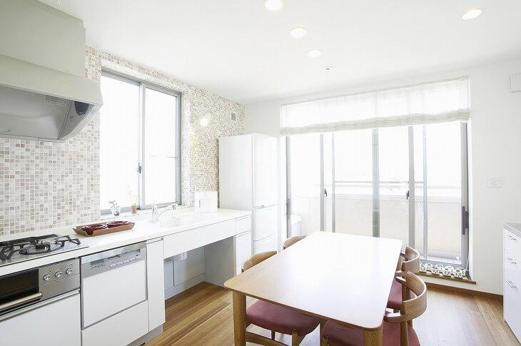 約6畳のダイニングキッチンにはソファなどを置くことは難しいが、工夫次第で使い勝手のいいダイニングに