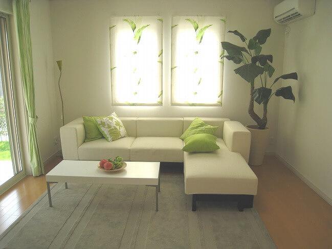 限られたスペースには、必要最低限の家具を配置。同時にインテリアのカラーリングも統一することで、まとまった印象に