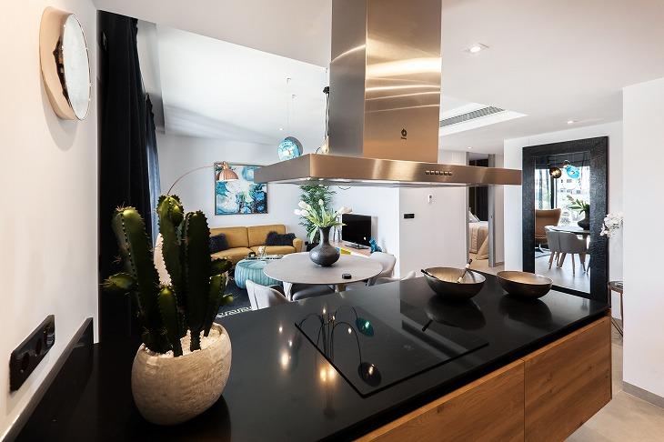左右のどちらかが壁に面したペニンシュラキッチンは、アイランドキッチンよりも省スペース