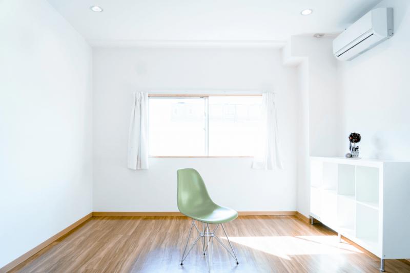 6畳リビングのレイアウト例。部屋を広く見せるコツやおしゃれなインテリア実例を紹介