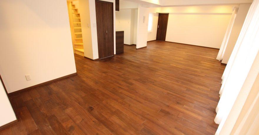 高級感溢れる浴室と開放感のある玄関。上質で落ち着いたモダンマンション