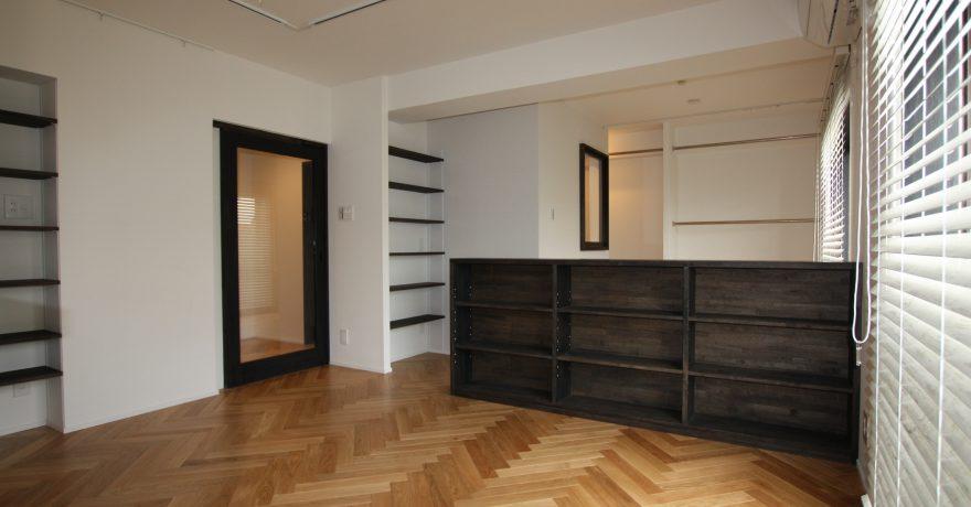 ブラックがアクセント。部屋の真ん中に開放感のあるバスルームを