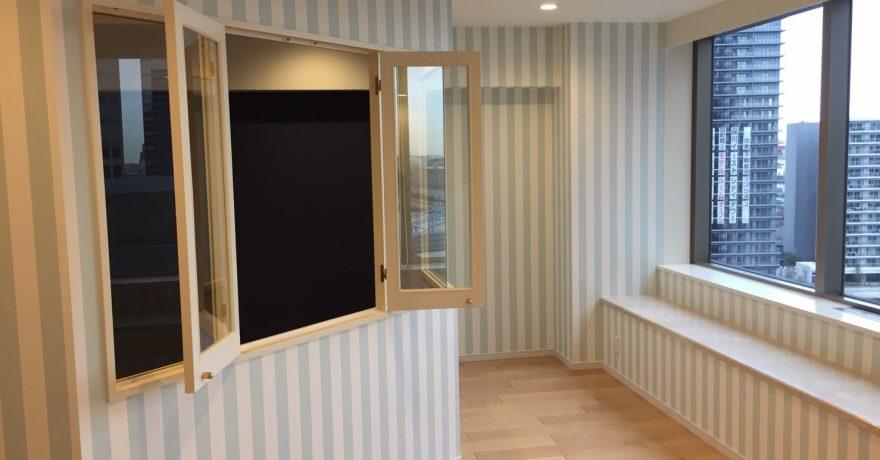 壁も収納もトイレも。こだわりの色とストライプ壁紙が映える家