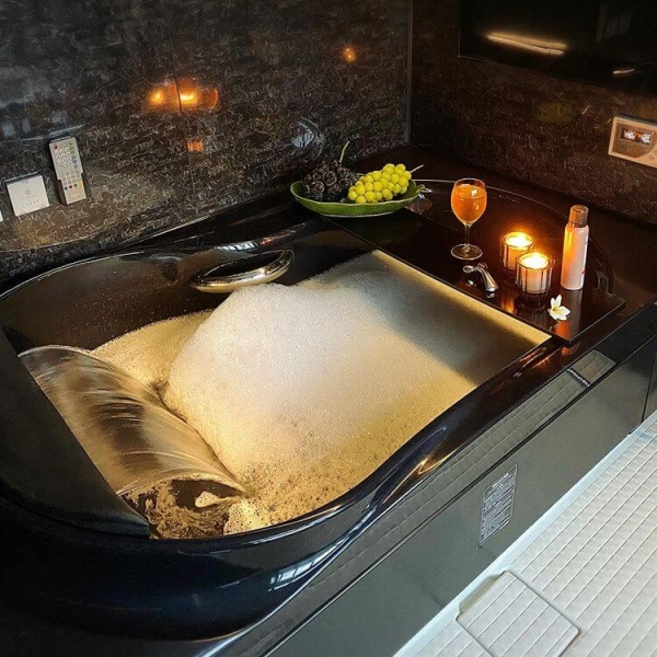 スタイリッシュなリゾート風バスルーム