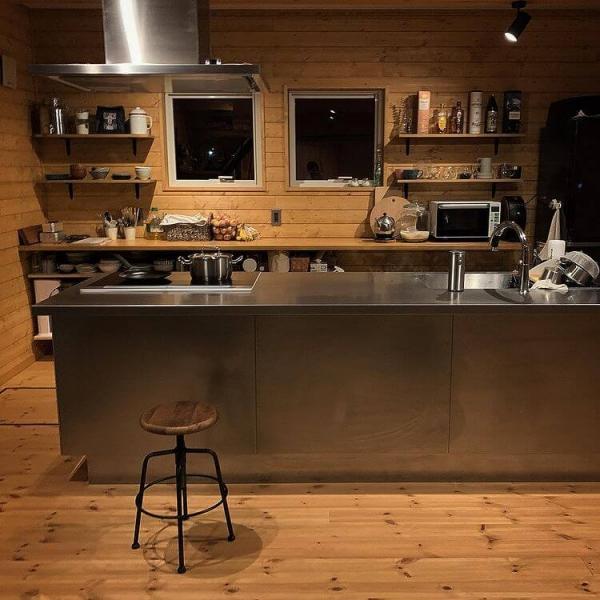 無垢フローリングとの相性がばっちりなステンレスアイランドキッチン