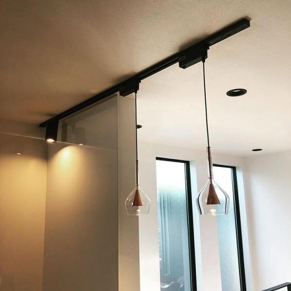白い天井と黒いレールでコントラストを