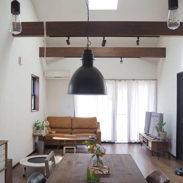 梁に照明を取り付けることで、よりおしゃれな雰囲気を演出できます。梁に照明を取り付ける場合は、ペンダントライトやスポット照明など、シンプルなデザインのものがおすすめです。梁にライティングレールを設置すると、照明を好きな場所に配置できます。家具のレイアウトや部屋の雰囲気に応じて照明を使い分けられるため、照明を生かした部屋作りに最適です。