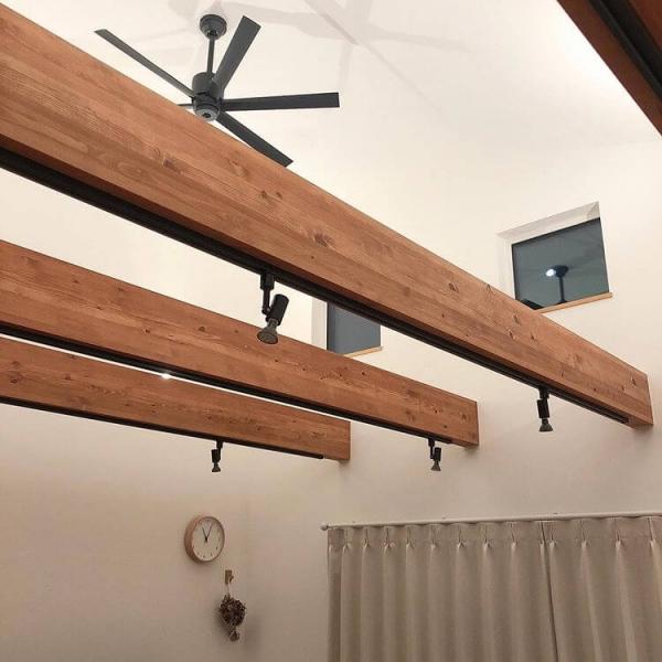 柱や梁は、隠すことですっきりとしたデザインになりますが、壁に覆われたやや単調な印象につながることも。そこで、あえて柱や梁をそのまま残し、インテリアのアクセントにする方法も人気です。より複雑な印象にしたい場合は梁の本数を増やし、なるべくシンプルさを残したい場合は数を減らすのがおすすめです。 デザインとして梁を見せたい場合は、飾り梁(化粧梁)を取り付けることも可能です。建物の構造と関係なく、好きな場所につけることができます。木のぬくもりを部屋にプラスしたい場合におすすめです。