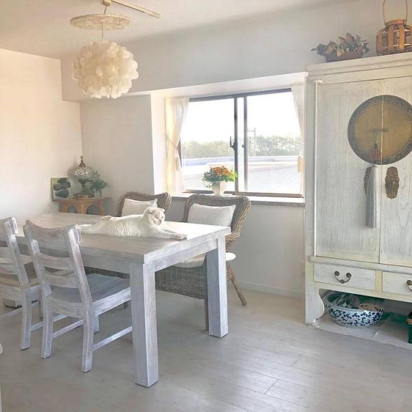 シャビーな家具が映えるホワイトインテリア
