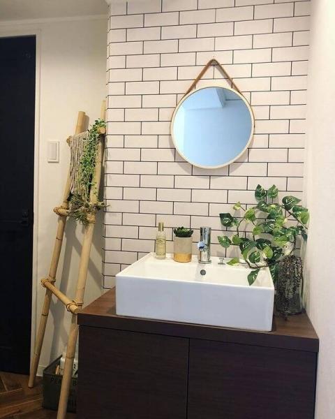 淡い色合いの北欧風の洗面所