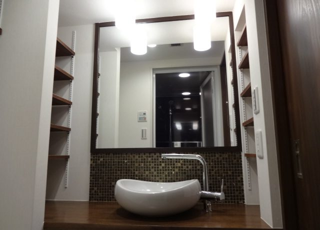 ころんとした形のかわいらしい洗面ボウル。両サイドの収納も完璧