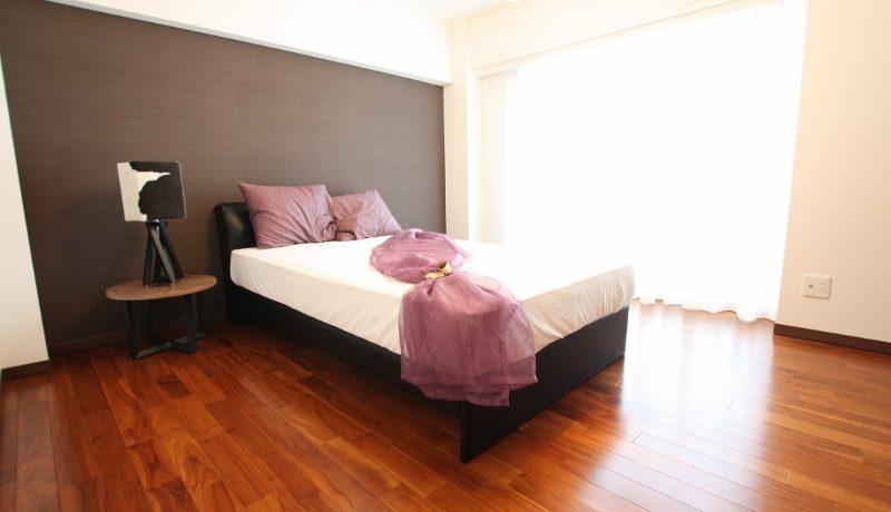 夫婦の寝室は壁の一部に違う素材を使用してお洒落に演出