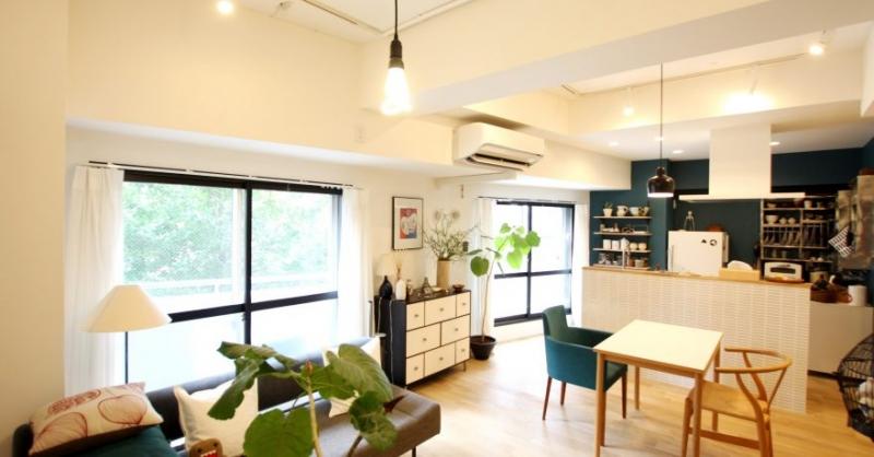 ブルーの壁、天然無垢材の床、好きなインテリアで実現した自分らしい住まい