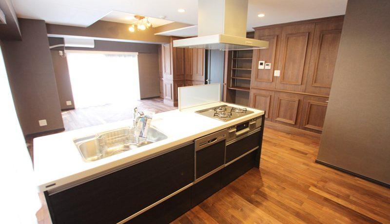 お部屋全体が見渡せるキッチンも窓から光の入る明るい空間に