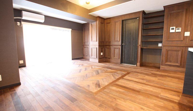 重厚感のあるダーク系のカラーに統一、高級感のある居住空間に。