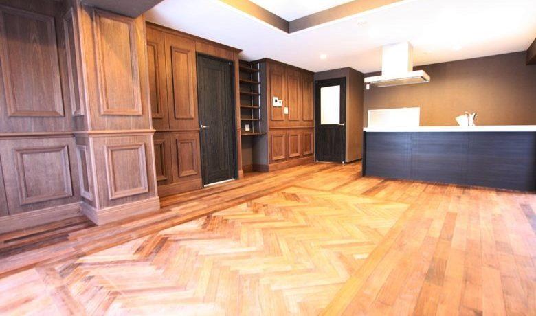 床は天然無垢材。耐久性が高く手入れもしやすいウォルナットを使用