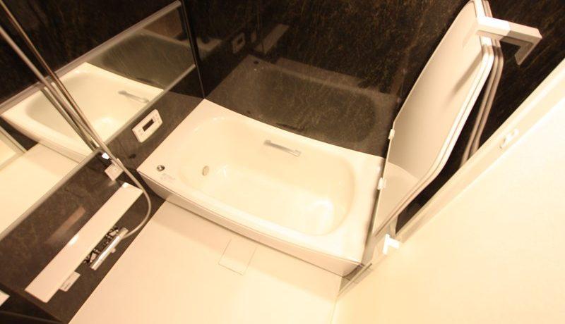 バスルームもお部屋に合わせてダークカラーをチョイス。ゆったりとした時間が過ごせます
