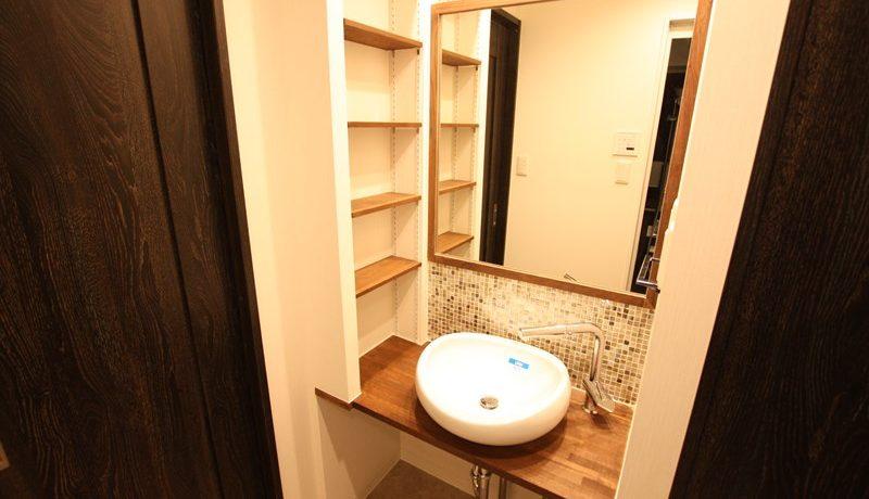 両サイドに小物を置く収納スペースをしっかり確保。大きな鏡で毎日の身支度も楽しく