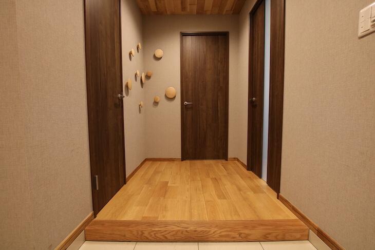 玄関入ってすぐの床は踏み心地のいい無垢材フローリング