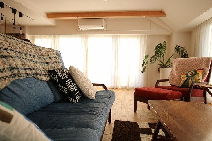家具もクロニクルで購入。ご主人の好きな水色のソファカバーが、無垢材の色に合っている