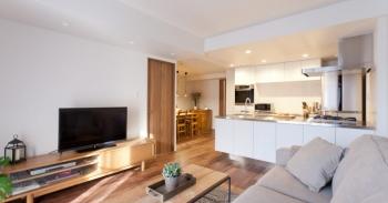 空間の仕切り方と無垢材にこだわった料理を楽しむ家