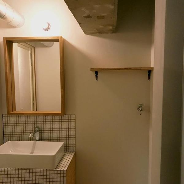 タイルと木材の相性が抜群の洗面所