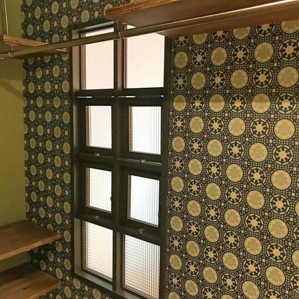 木製の室内窓でレトロ感を引き立たせる