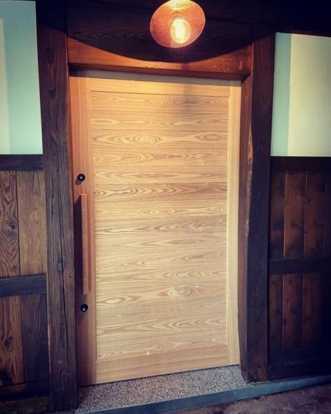古民家の雰囲気溢れる玄関ドア