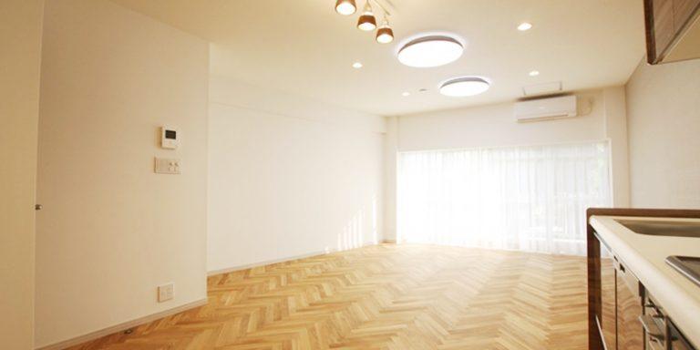 床材は美しい木目が特徴のオーク材を採用、貼り方はヘリンボーンをチョイス