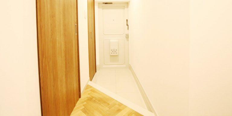 廊下の床もシューズボックスの扉も木目にこだわりました。