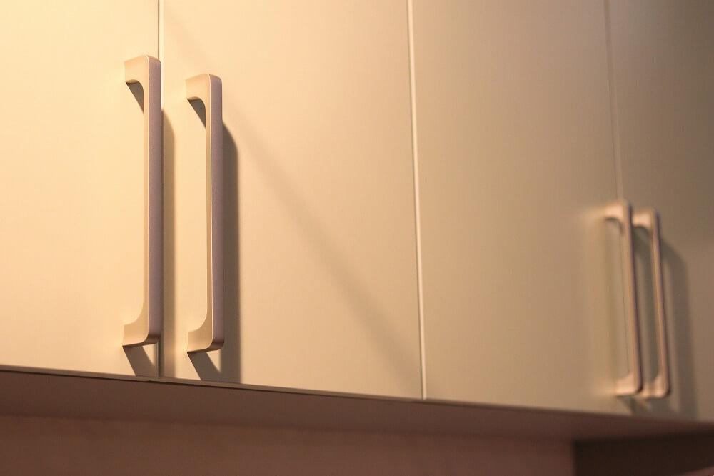 キッチン吊り戸棚の収納アイデア。収納ボックスの選び方、人気の昇降式吊り戸棚についても解説