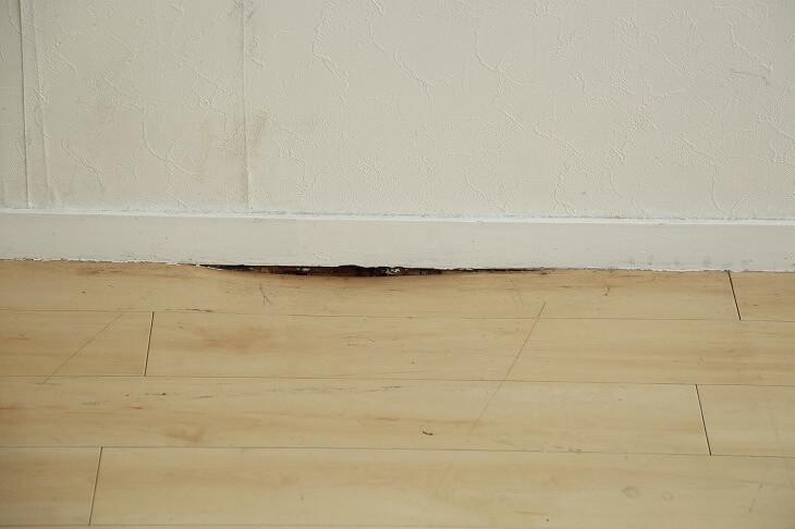 無垢材が床暖房の温度に耐え切れず、反りや割れが発生することも