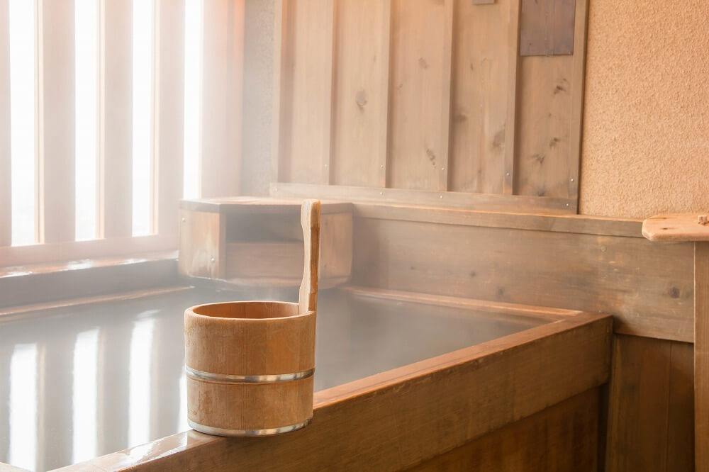 檜風呂のリフォーム|導入時のメリットや費用、お手入れ方法などを解説