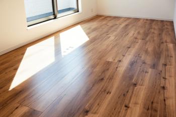 マンションのフローリングリフォームの注意点は?施工費用や床材の張り方など解説
