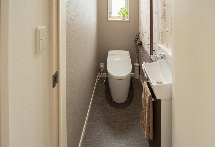 狭いトイレにも設置できる薄型の手洗い器