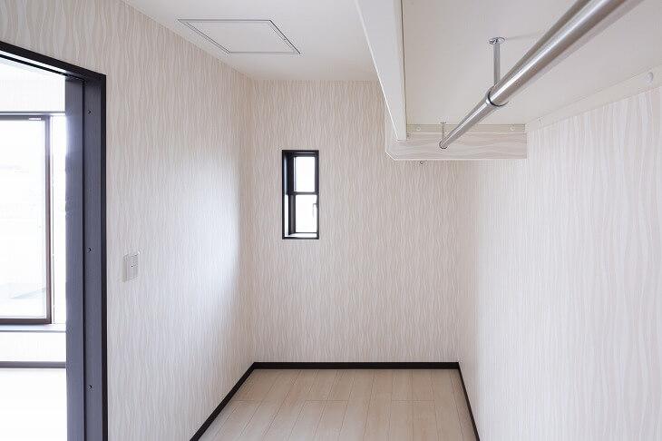 クローゼット内に人が立ち入り、ものの出し入れができる収納スペース