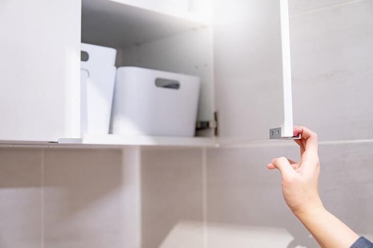 奥行きのある吊り戸棚の活用には、ボックスを使用した「引き出し」収納がおすすm。手前に引き出すだけで奥のアイテムが簡単に取り出せる