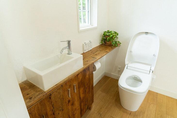カウンターもキャビネットも付いている便利な手洗い場
