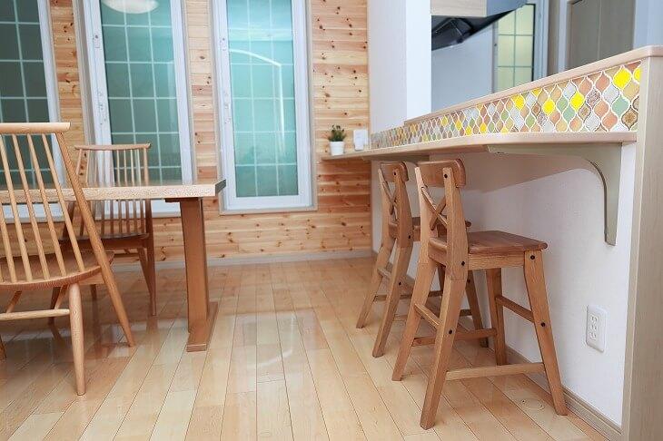 無垢材のカウンターテーブルと椅子