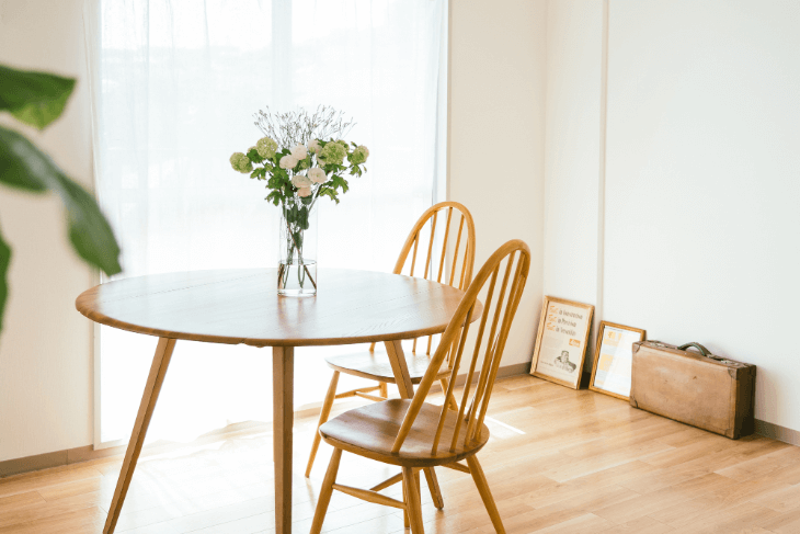 丸形テーブルを置くと開放的な空間に
