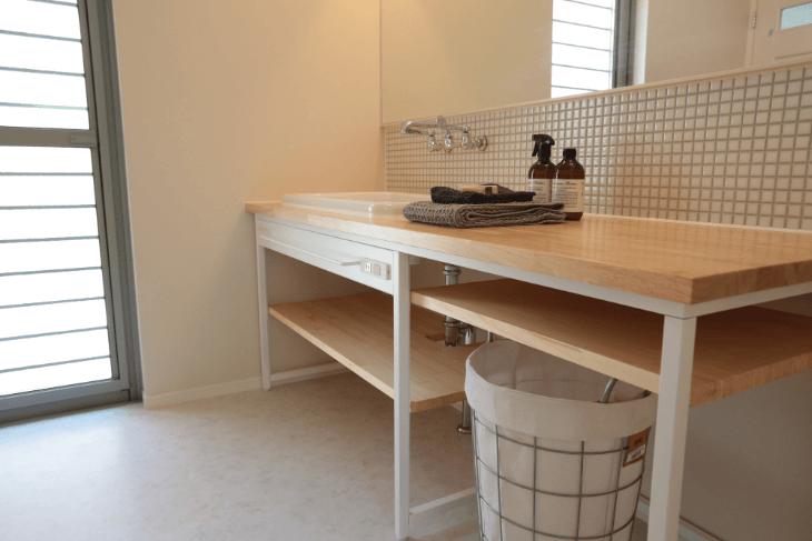 木のカウンターが美しい洗面台