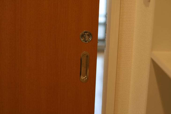 扉を引き戸にすると物が効率よくしまえて便利