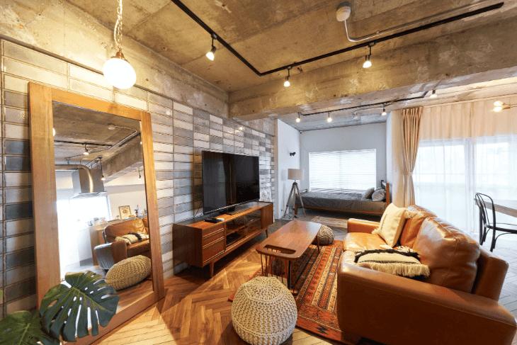 コンクリートむき出しの天井が個性的
