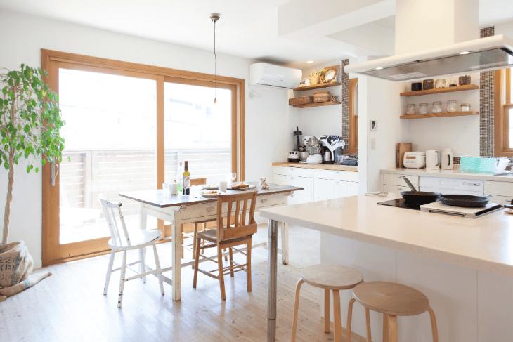 キッチンカウンターと天井の色味が統一感を演出