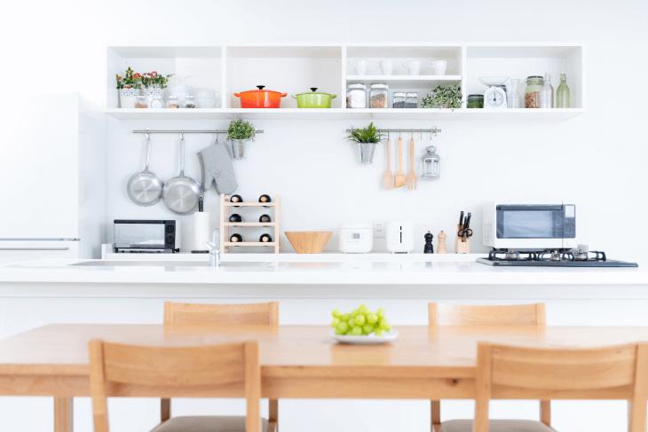 キッチンとダイニングテーブルを平行に並べる