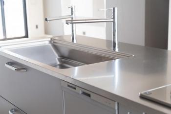 ステンレスキッチンのおしゃれな実例とメリット・デメリット、掃除の仕方や主要メーカーを紹介!